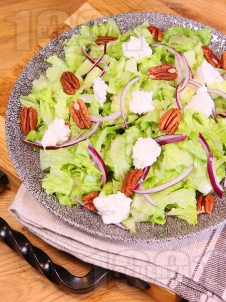 Кето зелена салата с рикота, червен лук и суров пекан - снимка на рецептата
